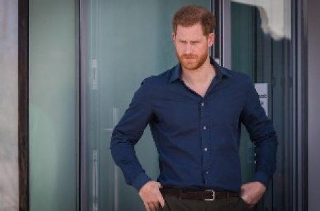 Princ Hari se vratio kući – dočekalo ga kraljevsko obezbeđenje
